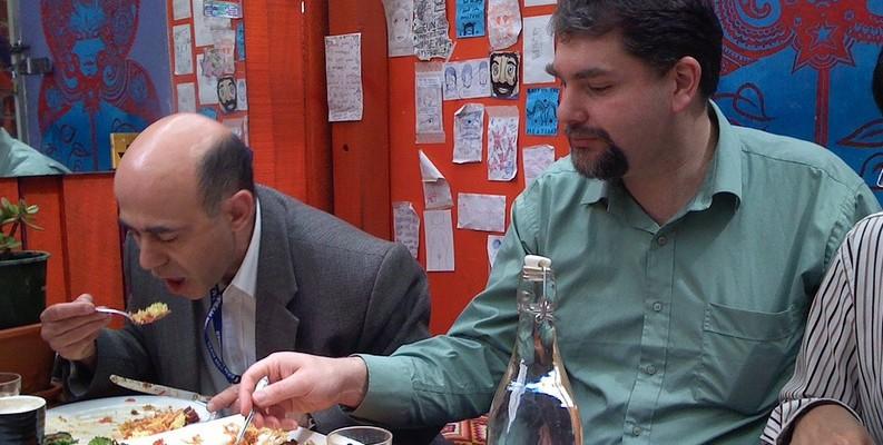 hombres-comiendo