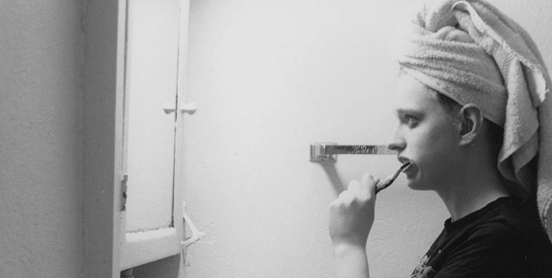 cepillarse-dientes-mujer
