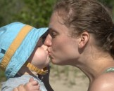 madre hijo beso